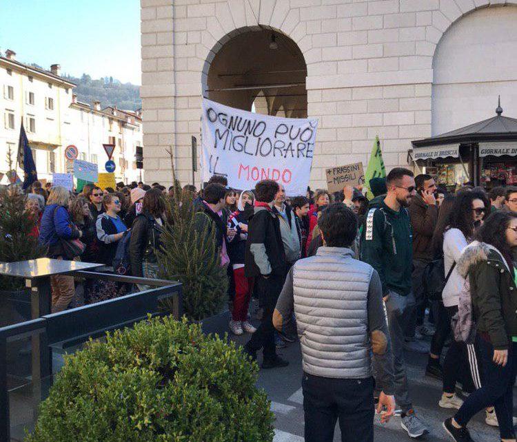 Ambiente i giovani scendono in piazza